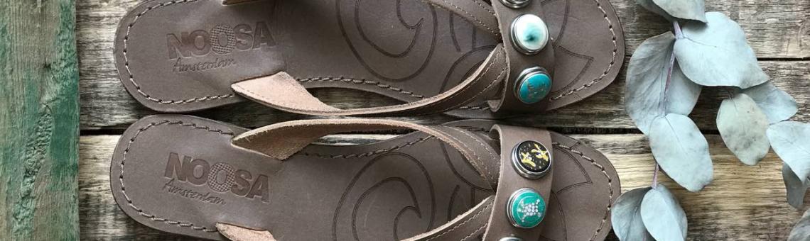 8 кнопок в подарок при покупке сандалий